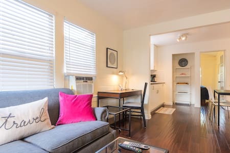 Sunny 2bd/2bath Updated Cottage - Culver City - Rumah