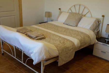 Double en-suite room2 at Casa James - Salinas