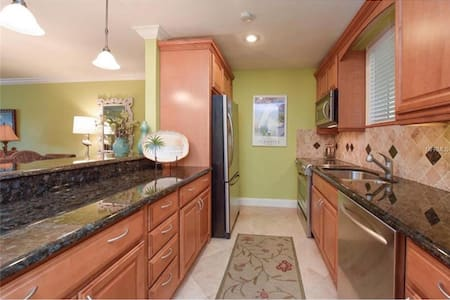 Condo just steps away from St Armand's & the Beach - Sarasota