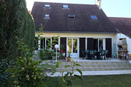 CHAMBRE PAISIBLE AVEC JARDIN PROCHE DE PARIS 2 - House