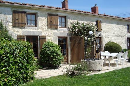 Les Trois Puits  a renovated Charentais farmhouse. - Rumah