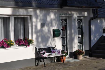 Schöne FeWo in der Dorfmitte Fleckenberg - Schmallenberg - Apartamento