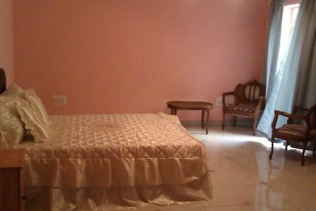 15 minutes walk to UOM large private room - House
