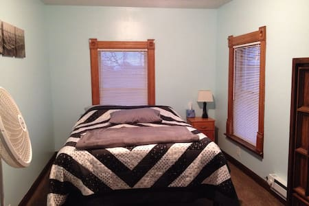 Cozy upstairs bedroom in farmhouse - Milford - Hus