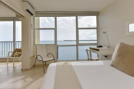 Chic Beachfront Getaway - Just Renovated Isla Verde 1B/1B/1Prk - Apartment