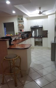 Air conditioned spacious room. - Cairns - Bed & Breakfast