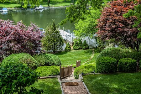 Candlewood Lakefront Weekend Getaway - House