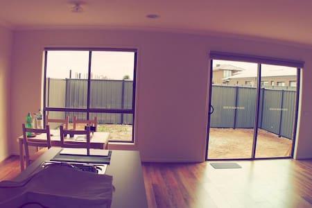 Clean And Comfy New House - Truganina - Talo
