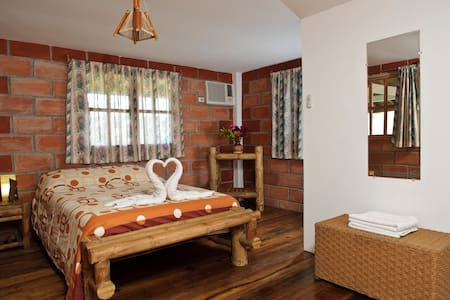 Happy Hill Hotel - Bed & Breakfast