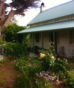 Shoreham Historical Cottage on Acreage with Views - Shoreham - Haus