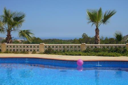 Spacious villa with stunning views - Huvila