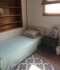 Bedroom near Train - Lansdale - Haus