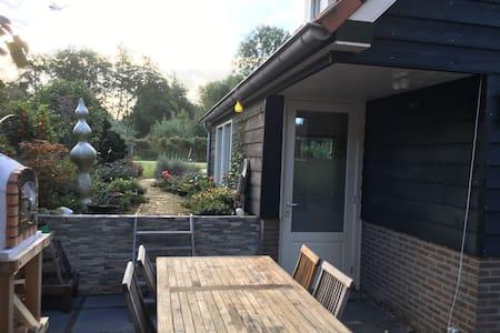 Klein huis in het groen aan de rand van Rotterdam - Capelle aan den IJssel