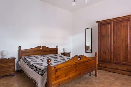 CASA GRANDE CON PATIO E GIARDINO - House