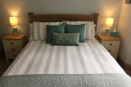 LUXURIOUS DOUBLE ROOM, EN-SUITE, TV, WIFI - Chalfont Saint Peter - Bungalo