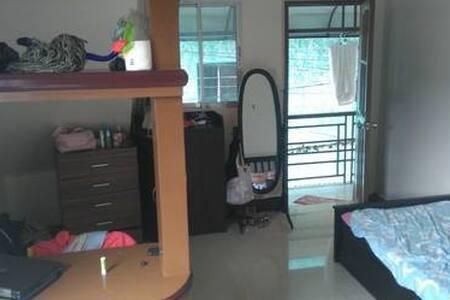 Studio in a filipino house w/aircon - Pis