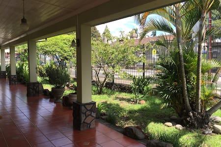 Comfortable room in centennial cozy house - ROOM2 - San José - Ev