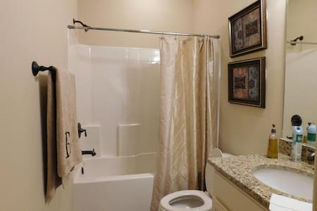Beautiful new home within safe gated community - Hattiesburg - House