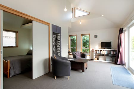 Private, Sunny, Convenient, Hobart - Radhus