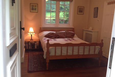 Double Room with en suite and own private lounge. - Merstham - Apartment