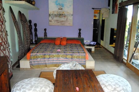 Spacious Romantic Tribal Bedroom - Free Wi Fi 24/7 - Badung - Bungalow