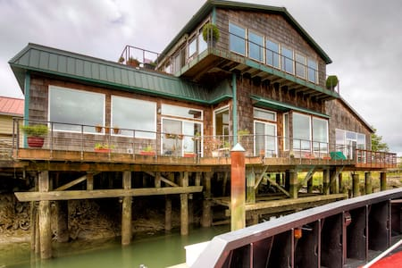 Levee House / Experience Life On The River - Hoquiam
