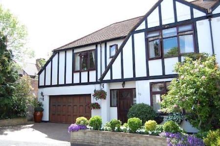 Beautiful Tudor Home - Morden