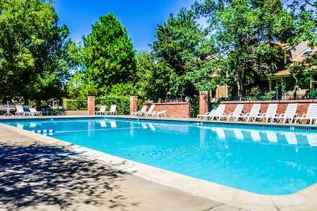 Private 3 Story Townhouse, Garage Parking, Pool - Aurora - Townhouse