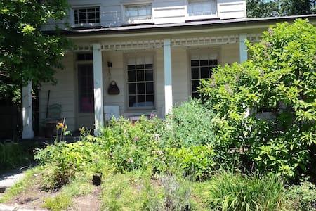 Bohemian Garden Cottage - Ház
