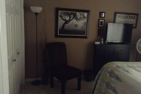 Private room in comfortable house in Fair Oaks - Fair Oaks - House