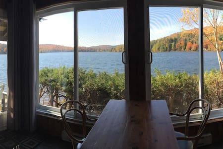 Magnifique chalet au bord du lac - Sainte-Lucie-des-Laurentides - Lomamökki