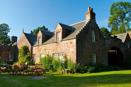 Redwood Cottage, Fingask Castle, Rait, Perthshire - Rait
