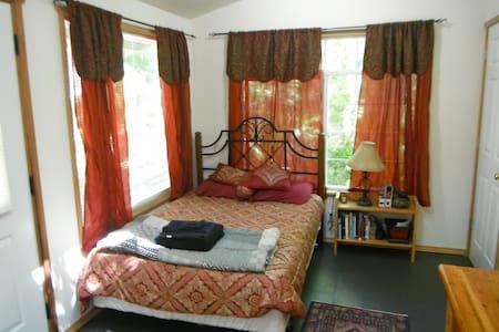 Crow's Nest-romantic, quiet retreat - Kingston