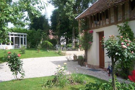 Maison de charme proche lac, jardin spacieux - Rumah