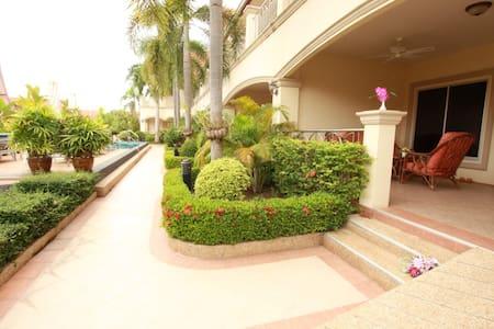 Very Large 1 Bedroom Apartment in Beautiful Resort - Bang Sa-re - Huoneisto