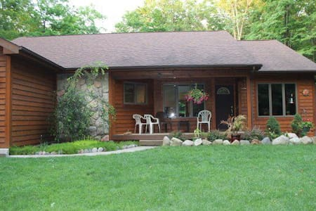 Amazing Petoskey home on 10 wooded acres! - Casa