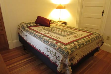 Private room and full bath in charming family home - Montpelier - Haus