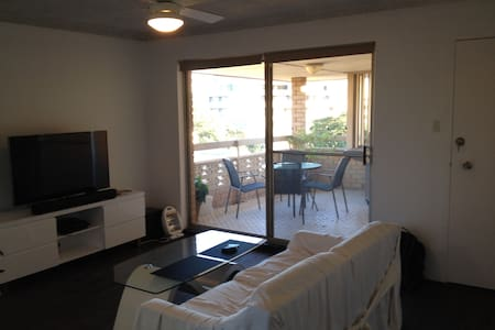 Two bedroom apartment close to beach and shops - Dee Why