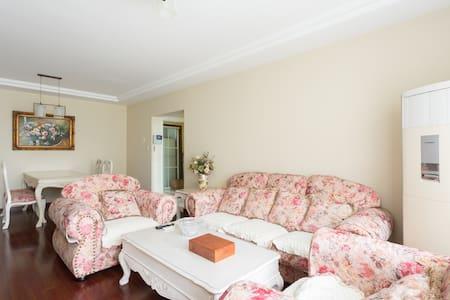 一间普通的房间。但是风景床位和房东都比较亲切。 - Wohnung