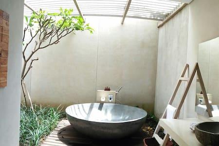 Resort-style Pool Villa near TMII - Villa