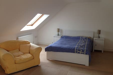 Light airy attic room with ensuit - Chippenham - House