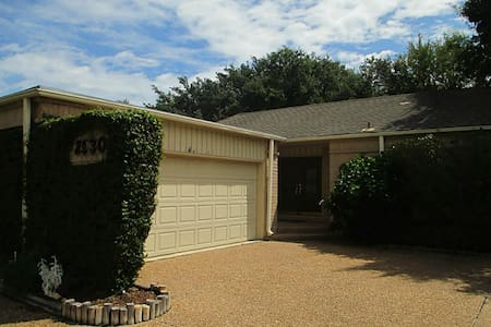 Clean, safe and tidy home , close to 59 frwy. - Huis