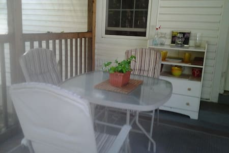 In town private suite in charming old home - East Stroudsburg - Casa