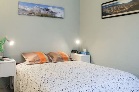 Comfy room in central lively area - Apartment