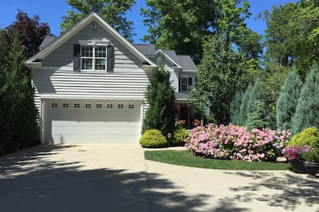 Lakefront Home 12 Miles from Downtown Cleveland - Bed & Breakfast