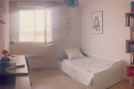 Chambre + piscine (résidence calme) - Huoneisto