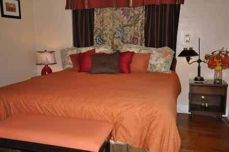 PRIVATE ROOM- 15 Min To Airport-15 Min To Dtwn--or - House