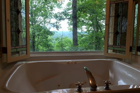 Ozark Spring Cabins #3, King Bed, Giant Spa Tub, Kitchen, Secluded, Private Deck with View - Eureka Springs