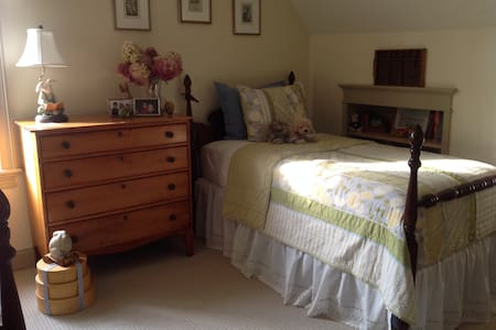 Quiet Room close to Brimfield Fair - Casa