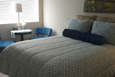 Quiet Retreat Close to Everything.. - Carlsbad - Apartment